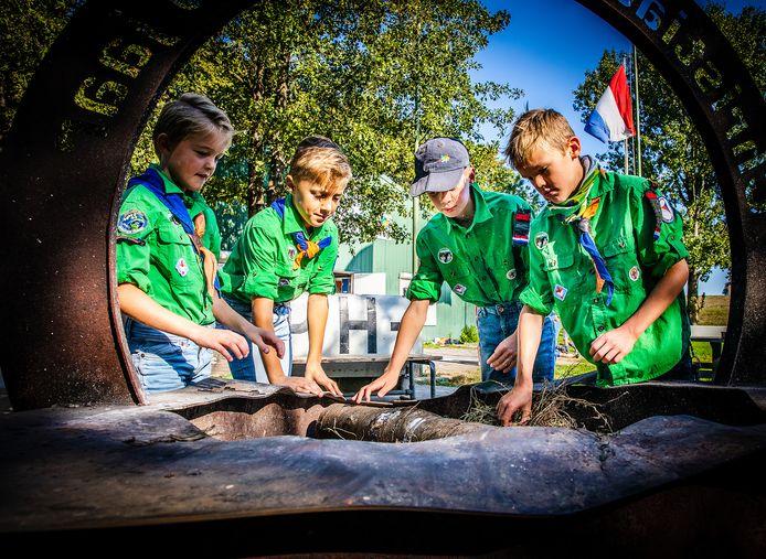 Scouts van Scouting Christiaan de Wet maken kampvuur bij hun clubgebouw aan de Middelweg in Dordrecht.