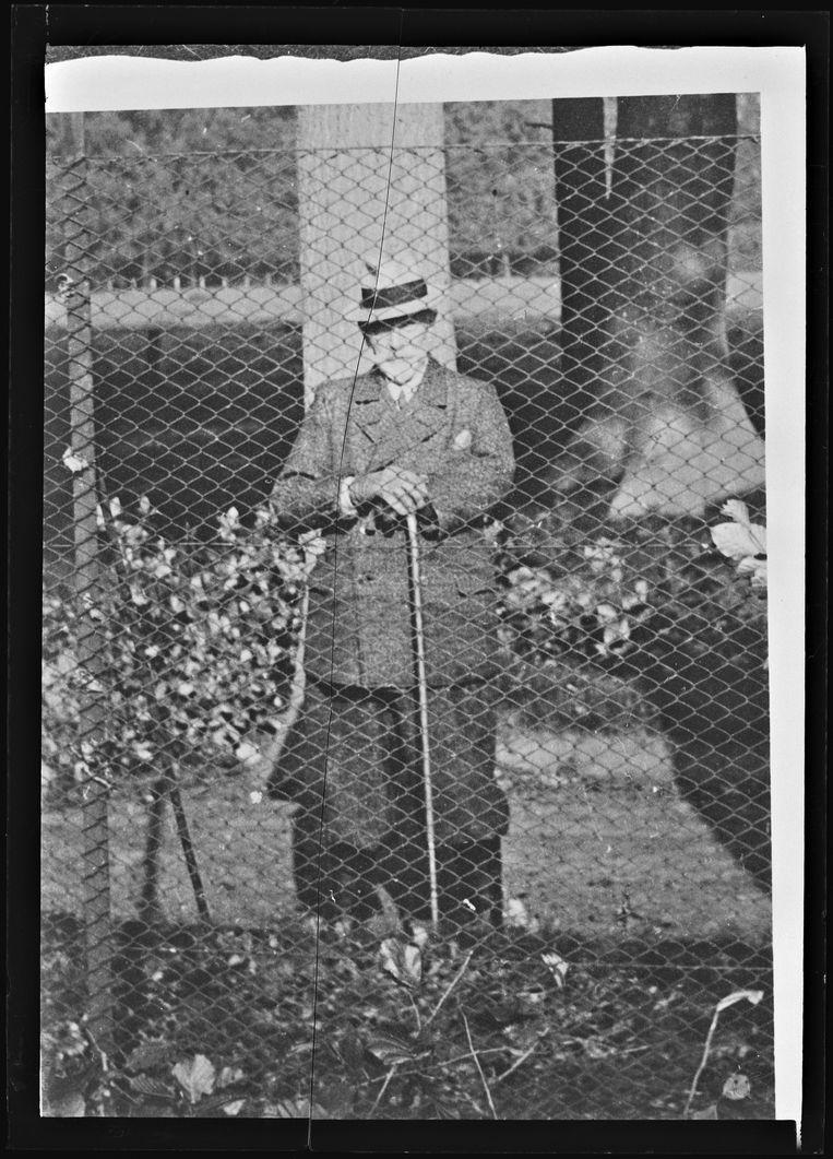 De laatste foto van Wilhelm II, achter het hek van het park van Huis Doorn, 1941. Beeld Collectie Huis Doorn