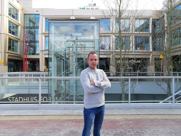 Cultuurmakelaar Sven Ruggenberg voor het stadhuis
