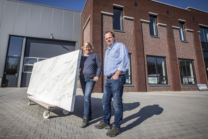 Jos en Ine Oude Elferink voor het gloednieuwe bedrijfspand van Oude Elferink Natuursteen BV op het bedrijventerrein Jufferbeek.
