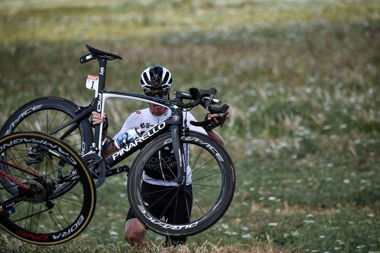 Chris Froome moet zijn fiets uit de greppel halen om zijn race te kunnen vervolgen Beeld Photo News