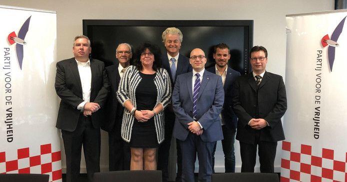 De kandidaten van de PVV in Den Bosch. In het blauwe pak lijsttrekker Alexander van Hattem, links naast hem nummer twee Laura Mostert.