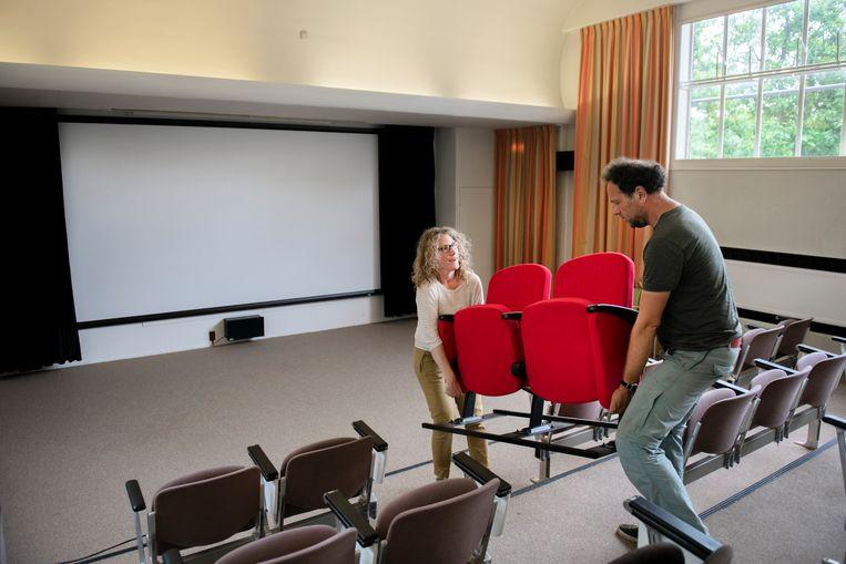 Vrijwilligster Wandrina van Voorst (links) plaatst stoelen in filmhuis Den Dollywood, dat zich bevindt op het terrein van de psychiatrische kliniek. Beeld