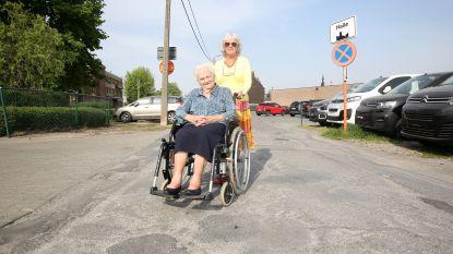 """Straat naast rusthuis Maretak in Halle kan niet heraangelegd worden: """"Moeder gaat nog uit haar rolstoel vallen in 'Briekabrakstraat'"""""""