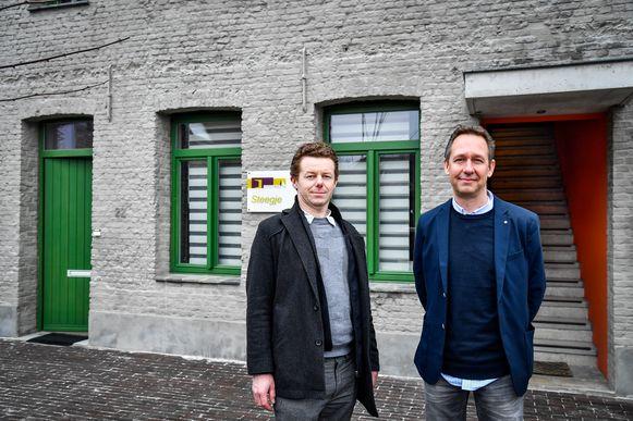 Reinout Remmery en Tom Bogman van Volkswelzijn stellen trots het nieuwe woonproject voor.