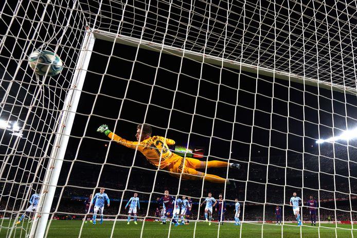 Rubén Blanco is kansloos na een vrije trap van Lionel Messi.