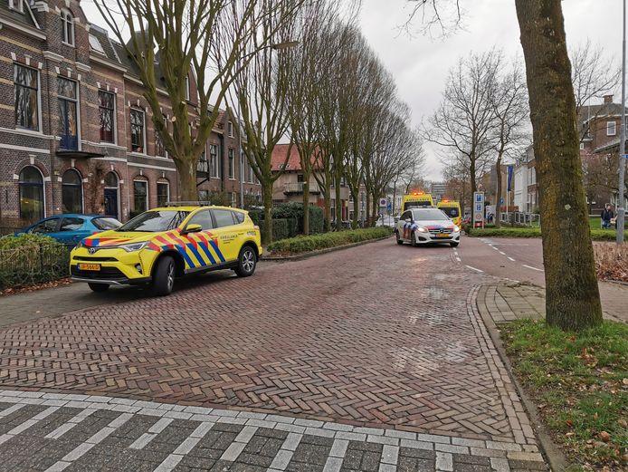 Veel hulpdiensten aan de Generaal Foulkesweg in Wageningen waar zondagmiddag een jongen uit een raam was gevallen.