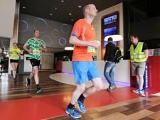 Hardlopers gaan dwars door de Grote Kerk tijdens derde City Run in Oss