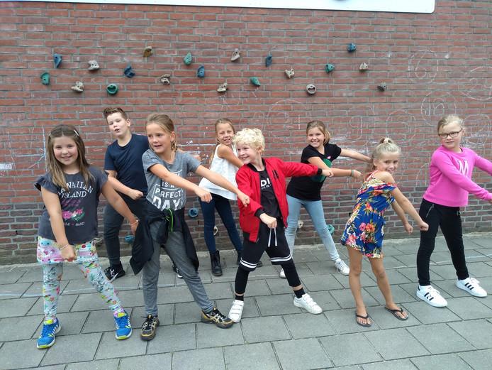 Leona, Sem, Iris, Rachel, Pepijn, Roos, Nikki en Anna oefenen alvast voor de recordpoging van zaterdag.