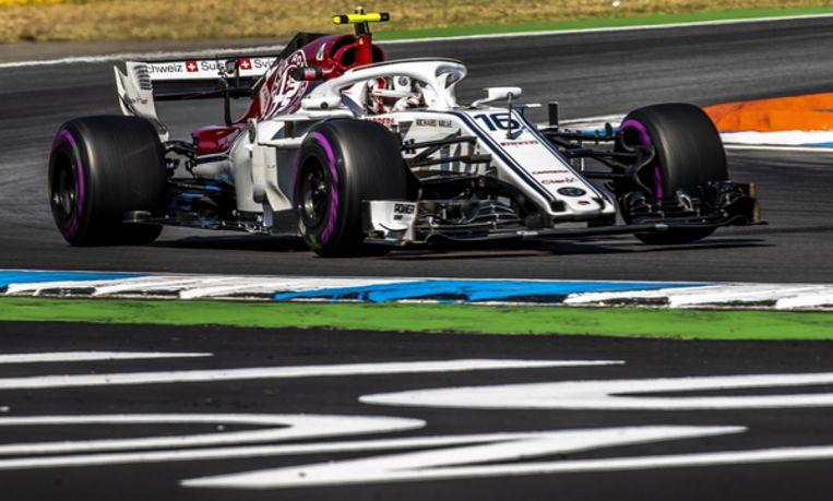 Charles Leclerc in zijn Sauber tijdens een oefenronde in de Hockenheimring in Hockenheim, Duitsland. Beeld EPA