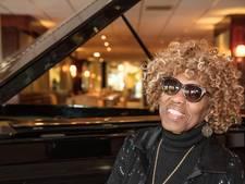 Estelle Brown (The Sweet Inspirations) met eerbetoon Elvis in Effenaar