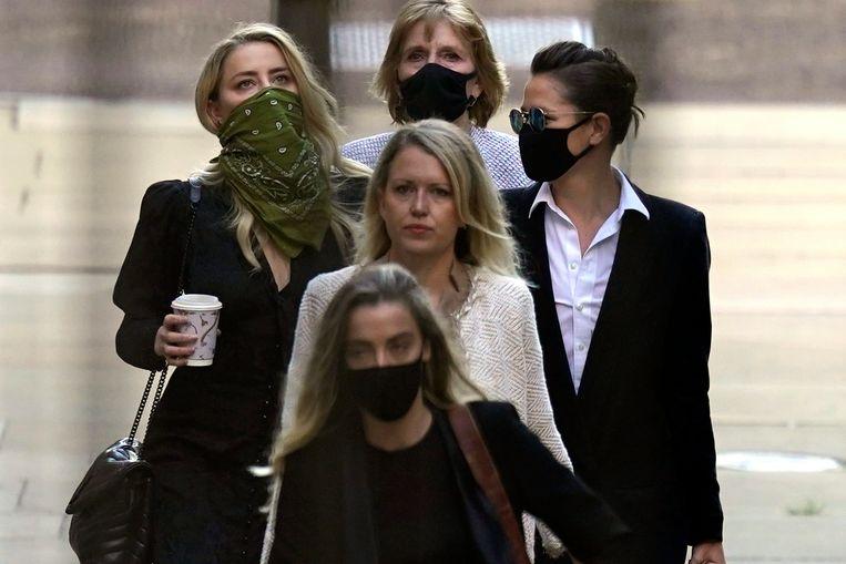 Amber Heard (met groene sjaal) en haar gezelschap, inclusief Jennifer Robinson (midden) en Sasha Wass (rechts naast Amber) wandelen naar de rechtbank.