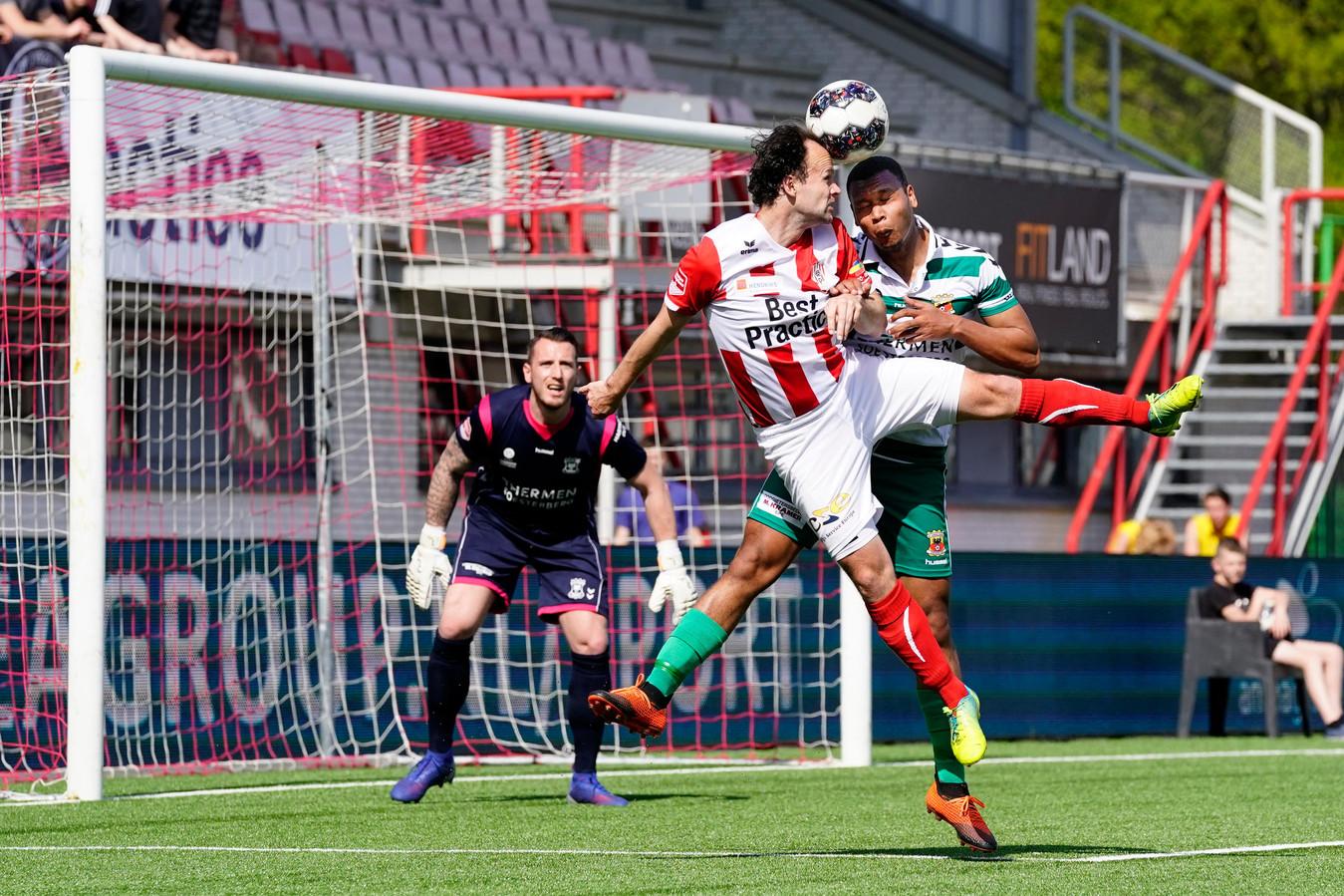 Niels Fleuren (links) wint het kopduel van Joey Groenbast van Go Ahead Eagles.