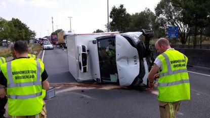 Bestelwagen kantelt bij ongeval op N16