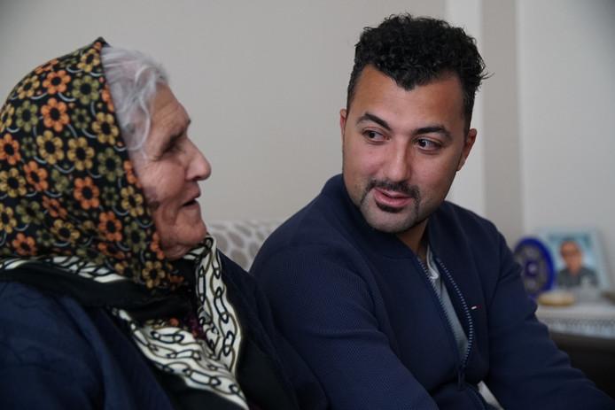 Özcan op bezoek bij zijn bejaarde tante in het programma De Neven van Eus