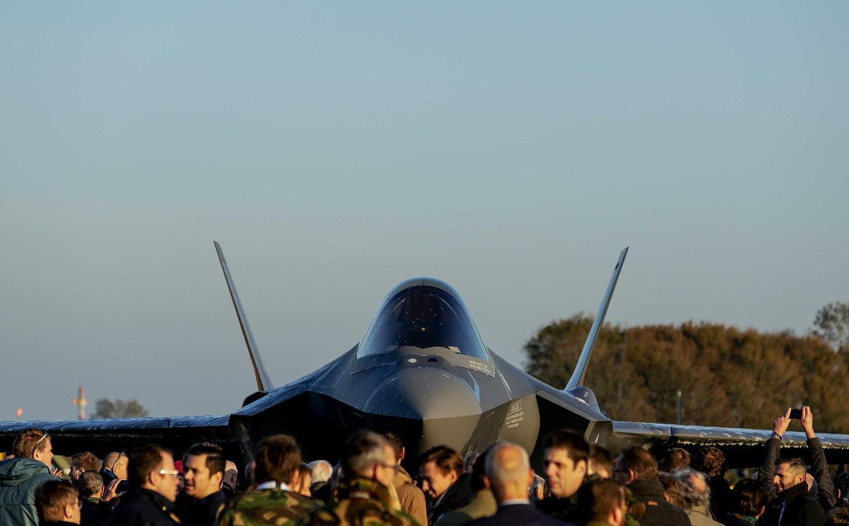 De eerste F-35, ook wel bekend als de Joint Strike Fighter, landt op de vliegbasis Leeuwarden.