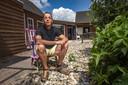 Erick van der Toorn zit in de tuin van VOF De Brummen, een plek waar hij mensen in crisis opvangt.