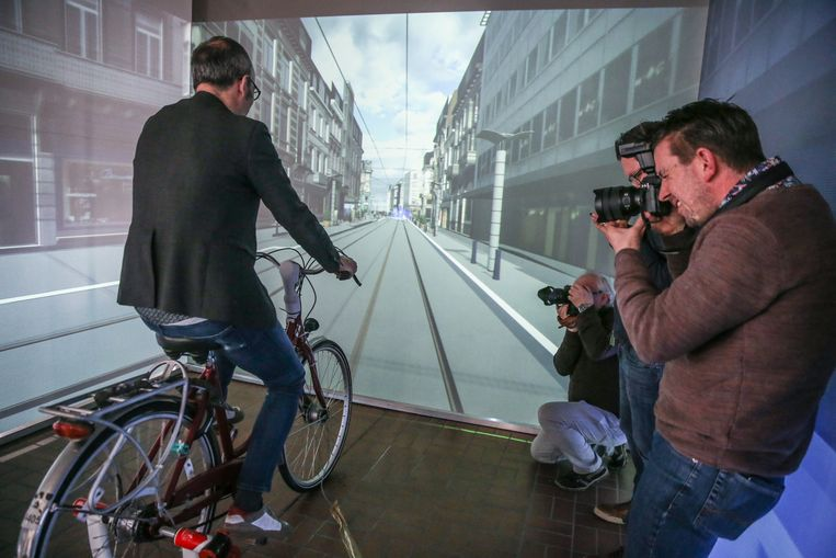 Filip Watteeuw lijkt in de Vlaanderenstraat te fietsen