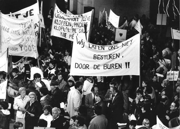 Zo'n 1200 inwoners van kleine Brabantse gemeenten demonstreerden in april 1985 in de hal van het provinciehuis in Den Bosch tegen de gemeentelijke herindeling.