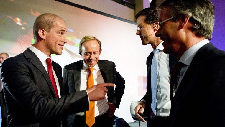 PvdA-leider Diederik Samsom (links) en VVD-leider Rutte na afloop van het laatste NOS-verkiezingsdebat. Beeld anp
