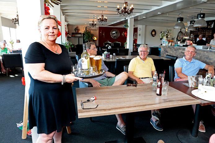 Gerda Kruger van restaurant Aan de Linge in haar zaak. Het is razend druk, maar er is niet genoeg personeel om de hele week hele dagen open te zijn. De reden: personeel is moeilijk te vinden.