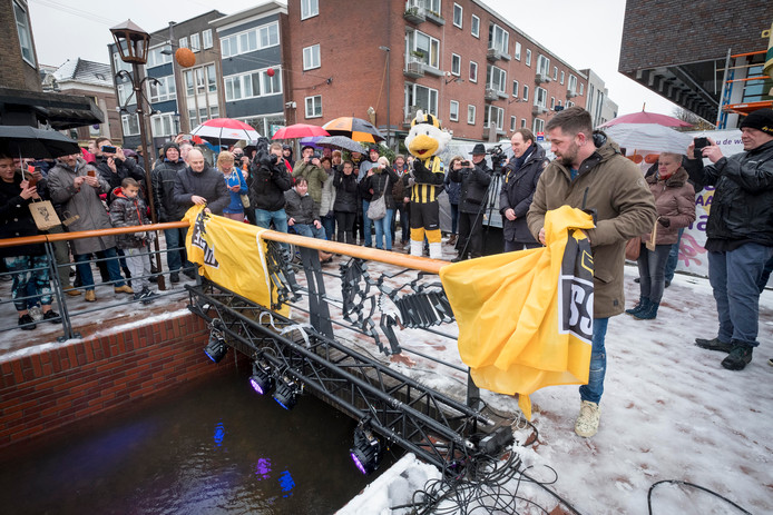 Theo Janssen onthult Vitesse-brug over de Jansbeek
