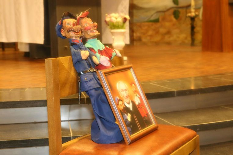 Op de begrafenis van Albert Vandersteen werd een foto van hem tussen zijn poppen op een kerkstoel geplaatst.