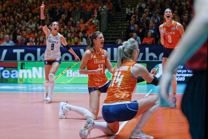 Vreugde bij de Nederlandse vrouwen na winst van de eerste set.