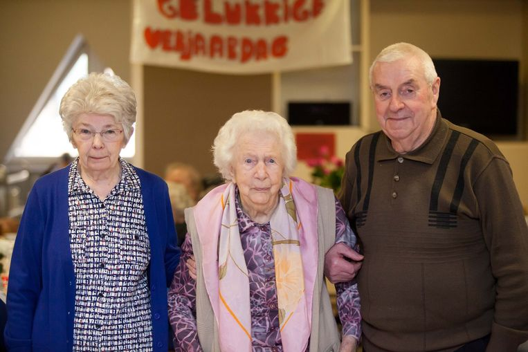 Andrea en Lucien vergezellen Germaine, die 106 kaarsjes heeft uitgeblazen.