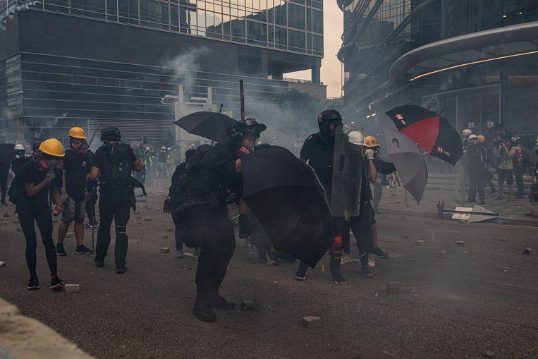 Betogers werden bestookt met traangas.