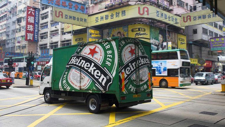 Een vrachtwagen van Heineken rijdt door Hongkong. Beeld ANP