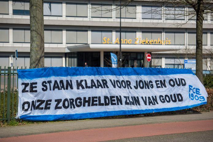 Eerder dit jaar, toen de coronacrisis net was uitgebarsten, uitten diverse mensen via spandoeken en op andere manieren hun steun aan de zorg. Zoals hier, FC Eindhoven supporters hadden een spandoek bij het St Annaziekenhuis opgehangen om de zorgverleners te bedanken.