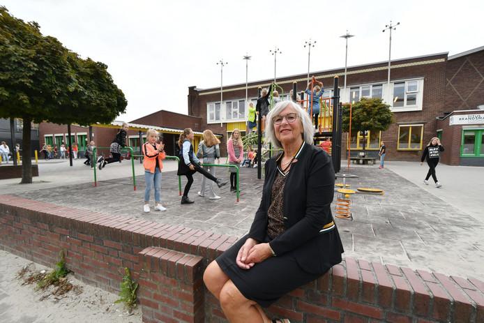 Hanneke Hilgenberg op het schoolplein van de Titus Brandsma.