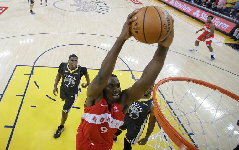 Serge Ibaka met de dunk.