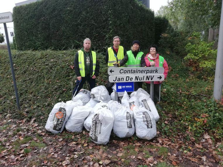 Het team van 'Zelzate Clean' haalde maar liefst vijftien zakken zwerfvuil uit de bermen rond het recyclagepark.