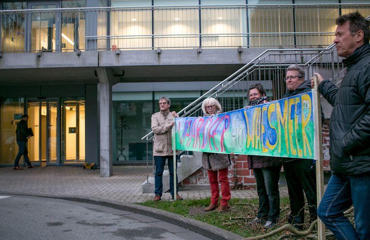 """Protest bij aanvang van de gemeenteraad: """"Waardeer het Waesmeer""""."""