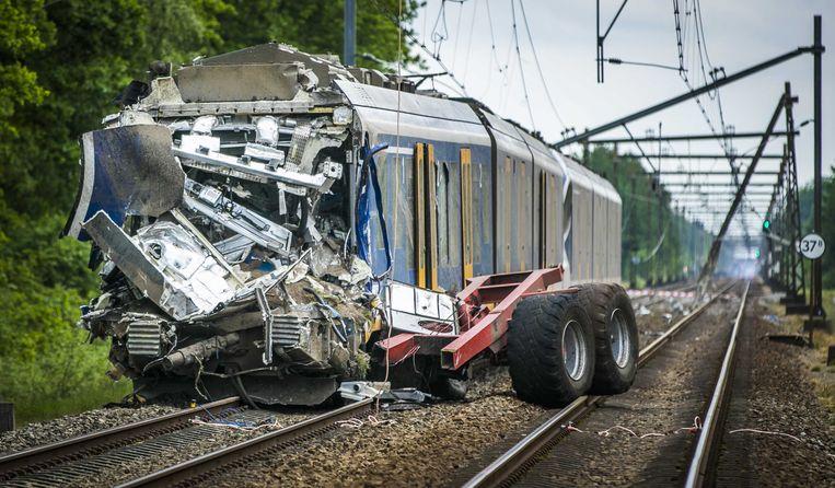 Bij een botsing tussen een trein en een tractor met oplegger op een onbewaakte spoorwegovergang bij de Beilerweg in Hooghalen (Drenthe) is de machinist om het leven gekomen. Beeld ANP