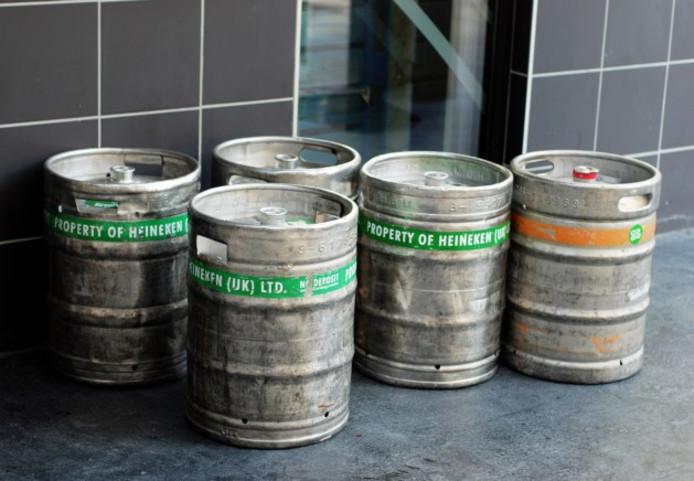Een echtpaar uit Nijkerk handelde in fusten namaakbier onder de naam van Heineken, Amstel en Grolsch.