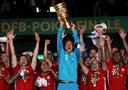 Manuel Neuer houdt de DFB Pokal omhoog.