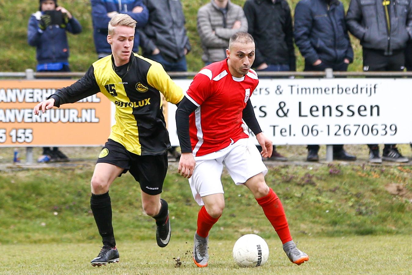 Beeld uit de derby Rood Wit - Groesbeekse Boys (geel-zwart) afgelopen seizoen.