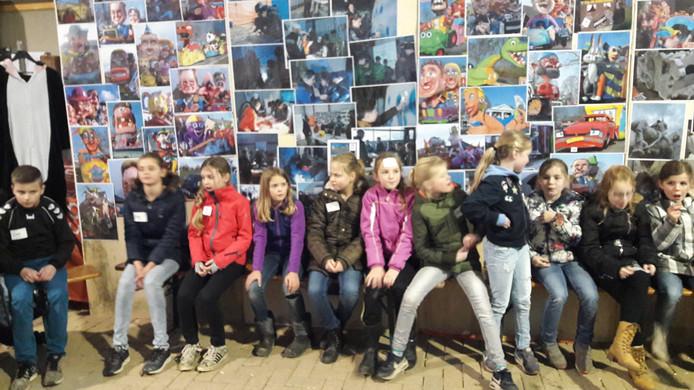 Kinderen wachten op de uitleg over de workshops.