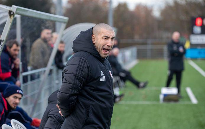 FC Jeugd-trainer Mohammed Mouhouti tijdens de thuiswedstrijd tegen Eldenia.