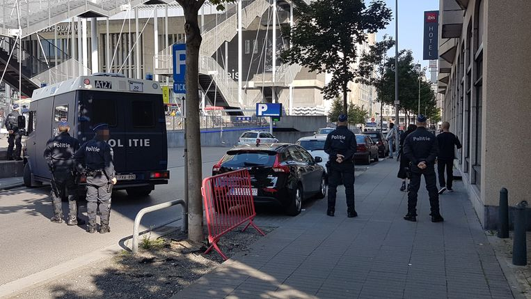 Net voor aankomst werd de Meistraat hermetisch afgesloten.