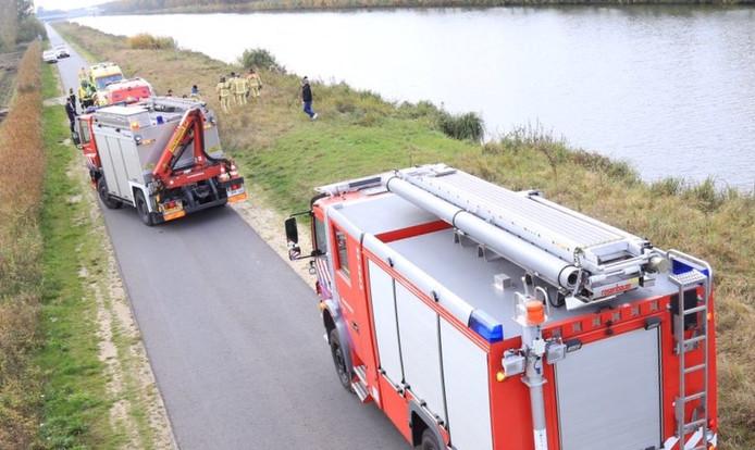 Auto in kanaal op Kadeweg in Helmond