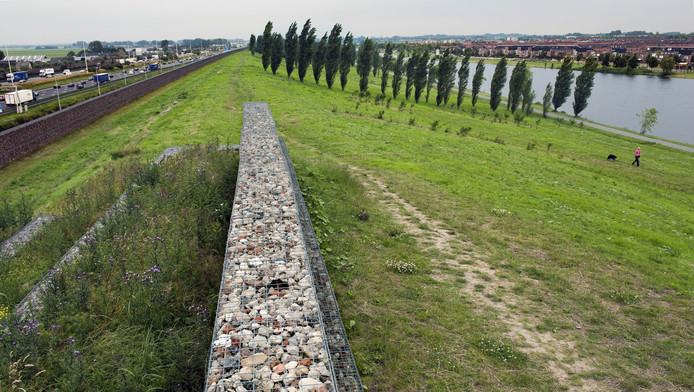 De geluidswal die de wijk Veldhuizen scheidt van de A12