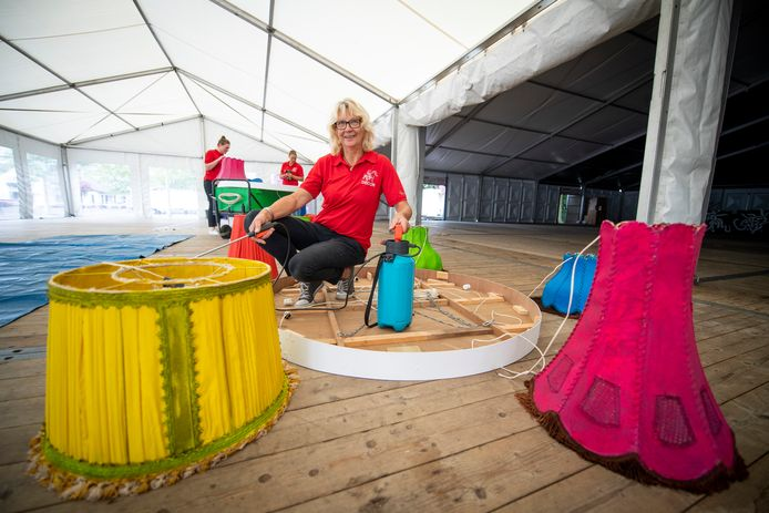Willemien Evers, de duizendpoot van Ponyweek Heeten, tussen de gekleurde lampenkappen in de feesttent.