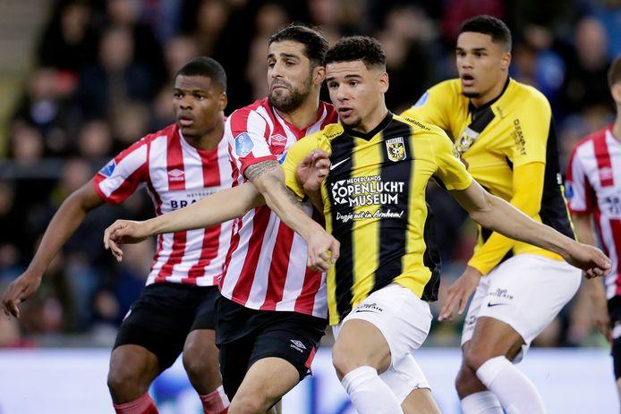 Armando Obispo (r) namens Vitesse in de wedstrijd tegen zijn werkgever PSV.