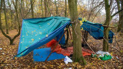 Opnieuw geïmproviseerd tentenkamp voor vluchtelingen aan snelwegparking E40 in Wetteren