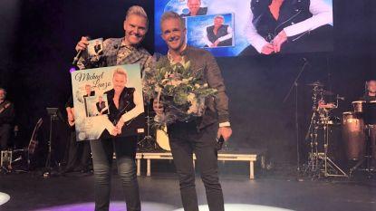 Michael Lanzo krijgt eerste exemplaar van zijn nieuwe album uit handen van collega Christoff