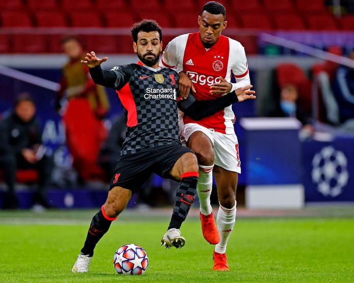 Mo Salah (l) en Ryan Gravenberch in de heenwedstrijd tussen Ajax en Liverpool in Amsterdam (0-1).